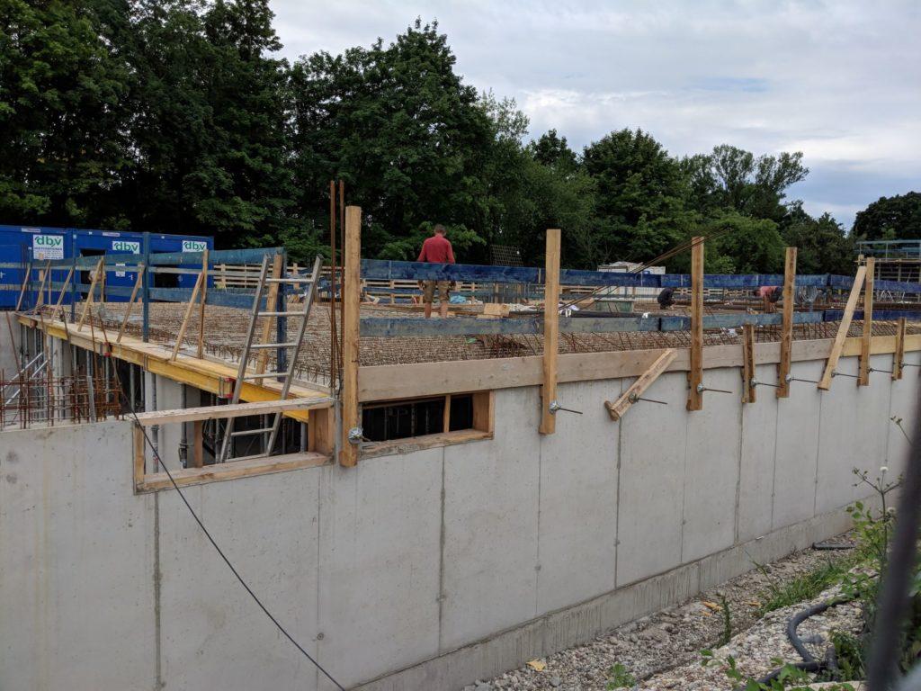 12. Juli 2019: Die Betonmauern wachsen in die Höhe.