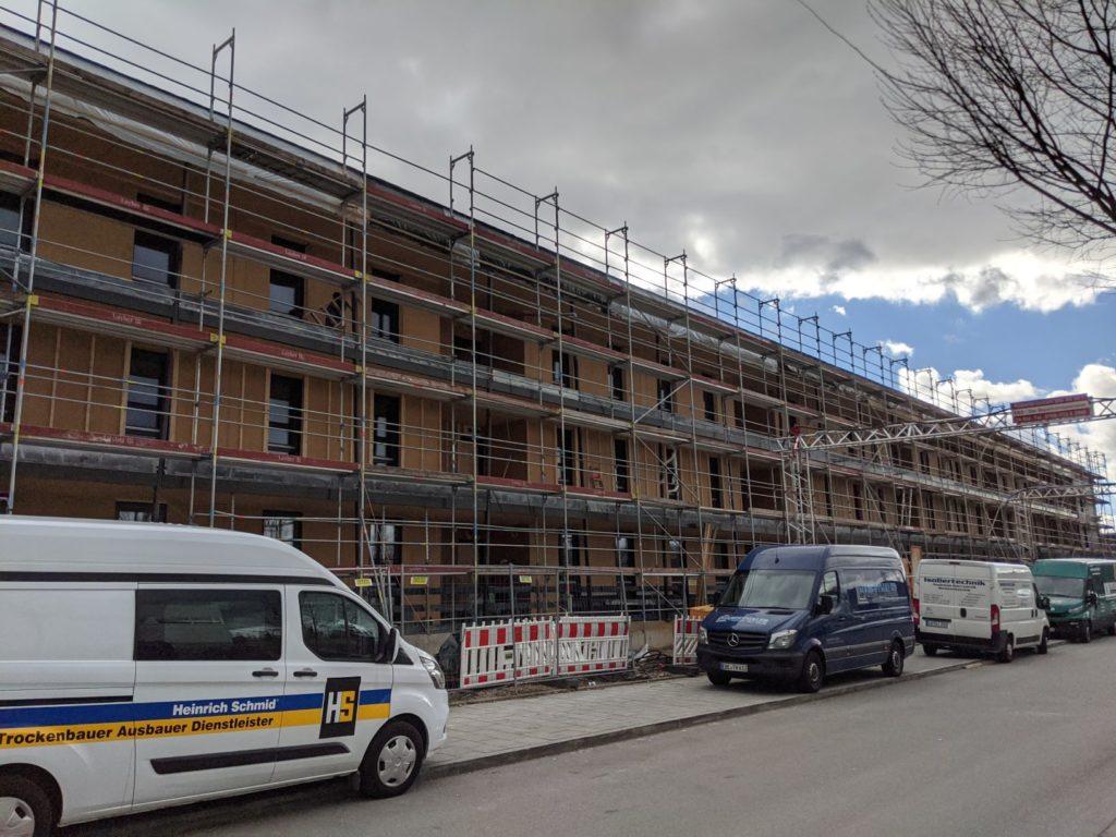 11. März 2020: Die Nordfassade hat ein Holzgesicht.