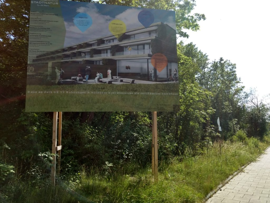 11. Juli 2018 Bautafel am verwilderten Grundstück